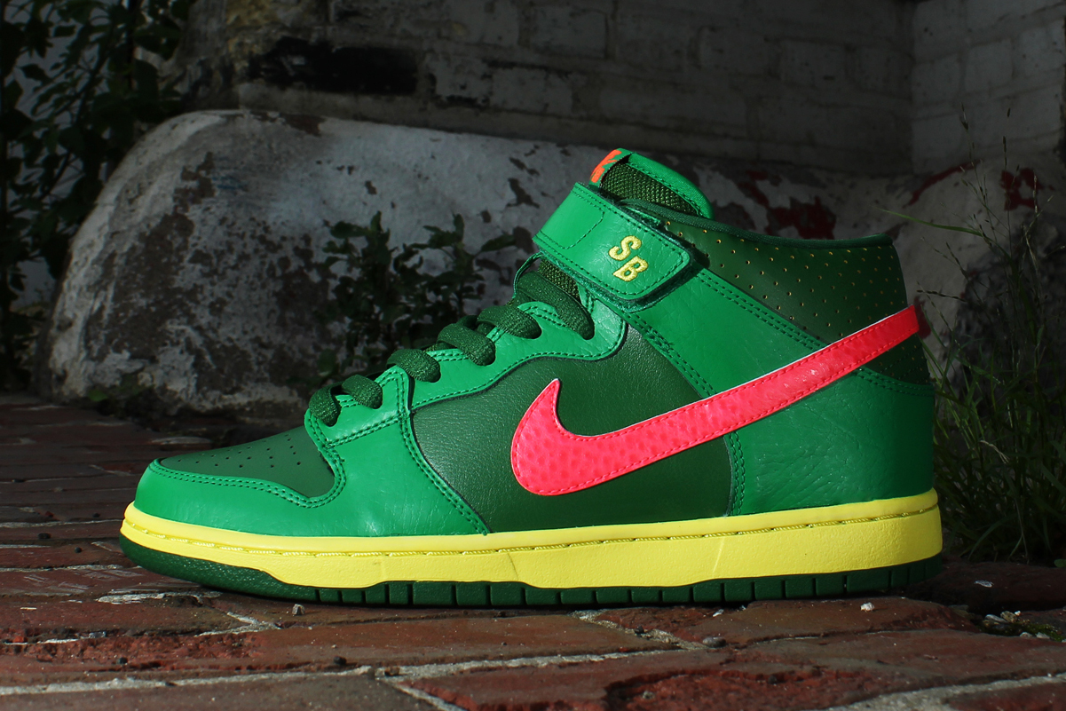 Nike SB Dunk Mid Pro Luck Green/Fortress Green-Atomic Red