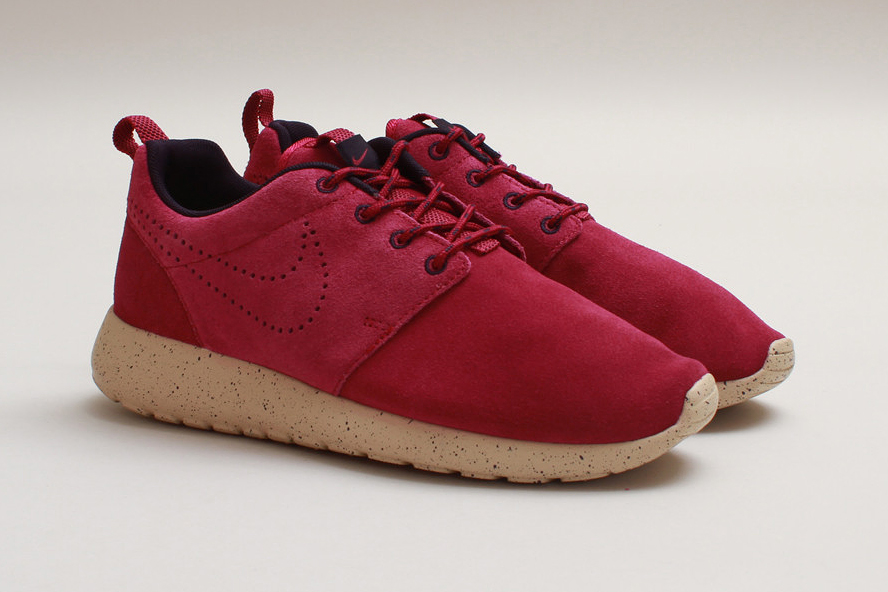 nike wmns roshe run suede raspberry red