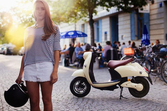 UNU Electric Scooter Boasts 100 km Range with a Portable Lithium-ion Battery