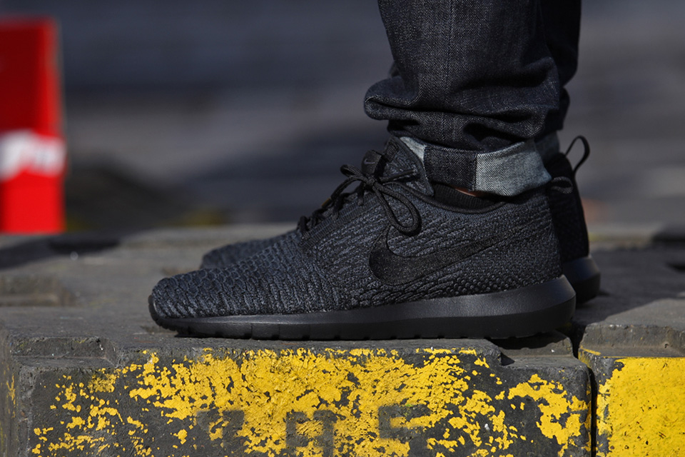 a first look at the nike flyknit roshe run triple black. Black Bedroom Furniture Sets. Home Design Ideas