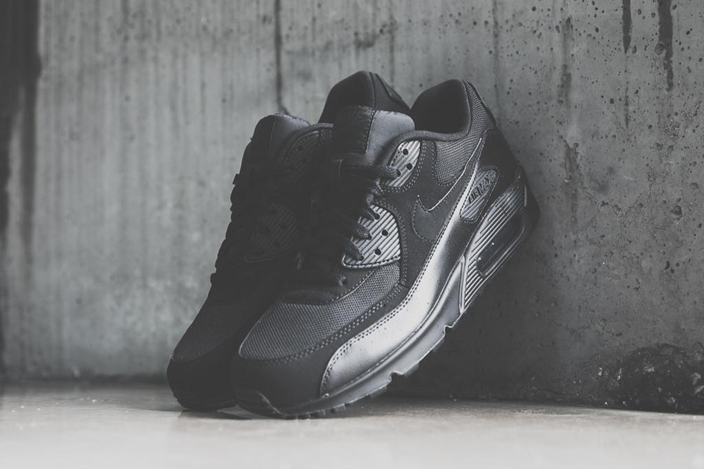 "Nike Air Max 90 Essential ""Triple Black"""