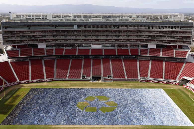 """Levi's Creates """"Field of Jeans"""" Using 18,850 Pairs of Jeans"""
