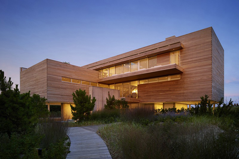 The Ocean Deck House by Stelle Lomont Rouhani Architects Is a Slice of Hamptons Life
