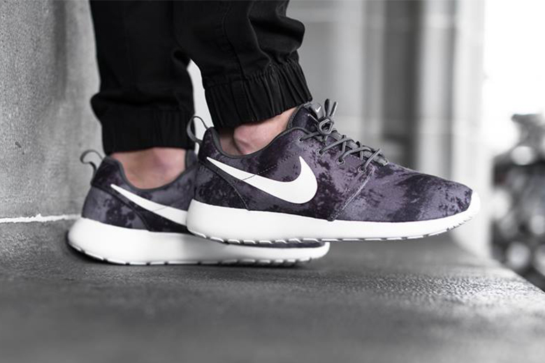 nike roshe one print black