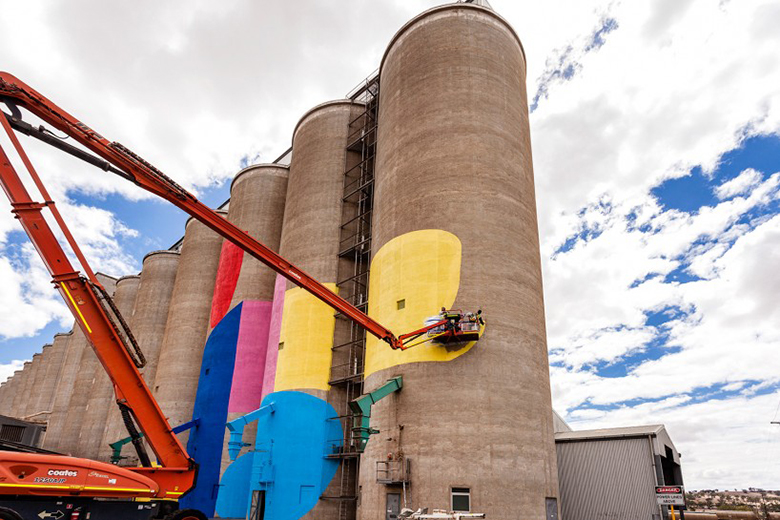 Hense giant mural on grain silos in western australia for Nas mural queensbridge