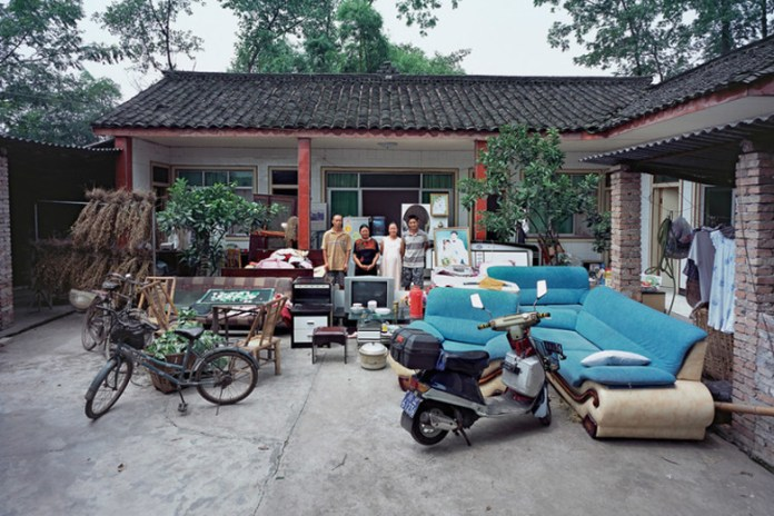 Photographer Captures Chinese Families and Their Belongings Over 11 Years
