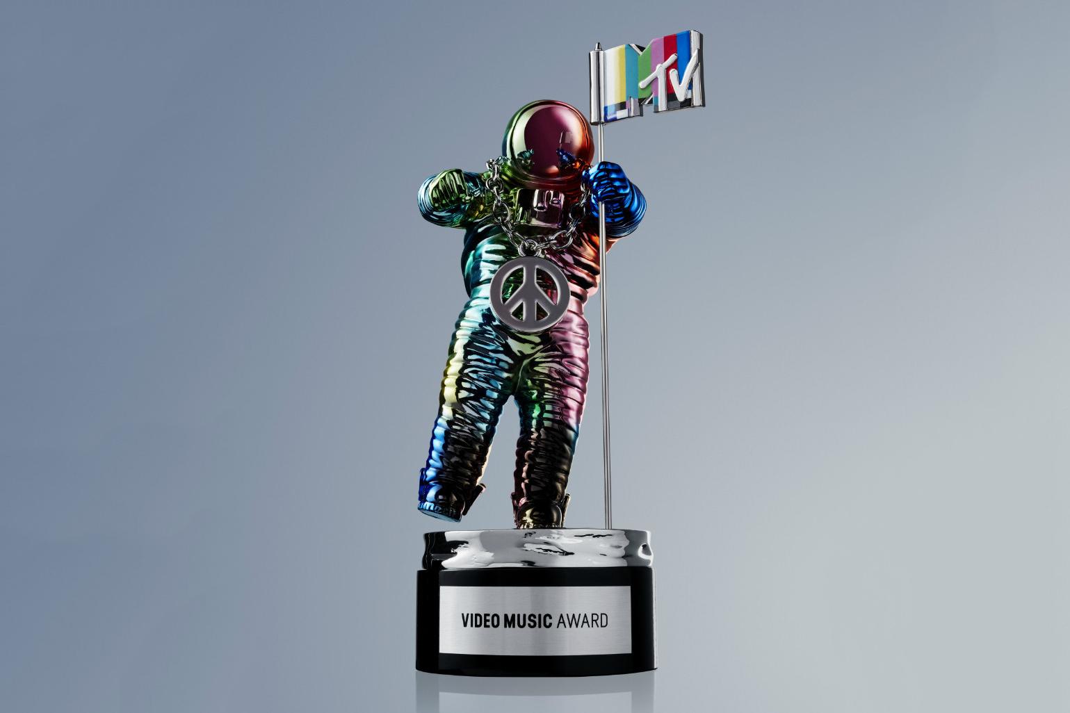 Miley Cyrus Unveils Jeremy Scott's Redesigned MTV VMA Moonman