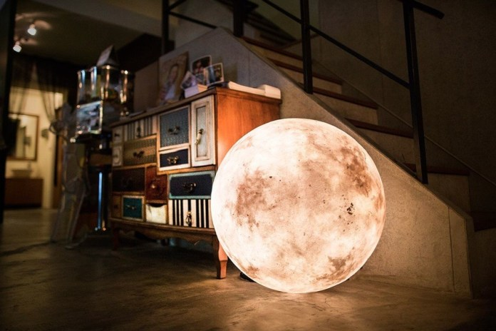 Luna: A Lamp That Looks Like the Moon