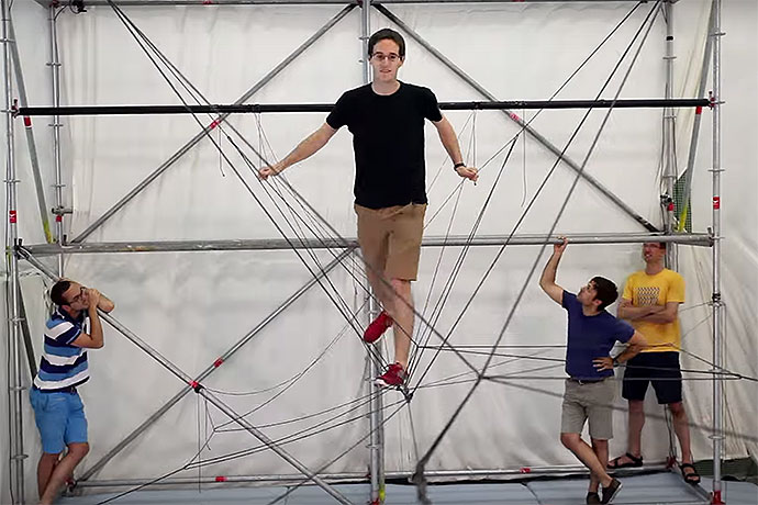 Watch These Drones Autonomously Assemble a Rope Bridge   Video