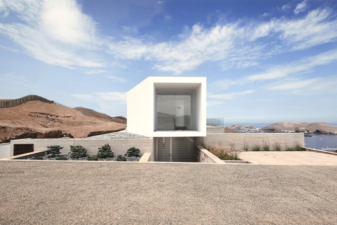 """Natural Meets Contemporary With """"House Poseidon"""" Clifftop Home"""