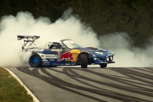 """Watch Mad Mike Whiddett Tear up the Circuit in His 1,500-hp Mazda MX-5 """"RADBUL"""""""
