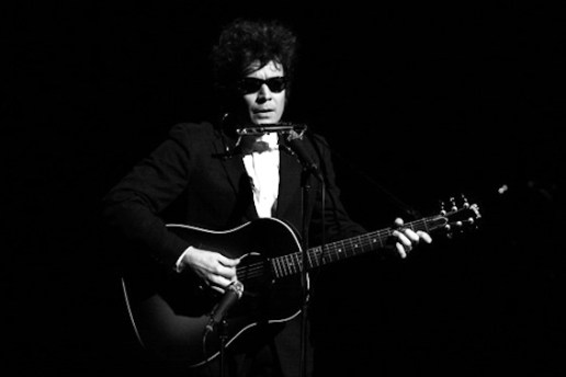 "Jimmy Fallon Sings ""Hotline Bling"" as Bob Dylan and Nails It"