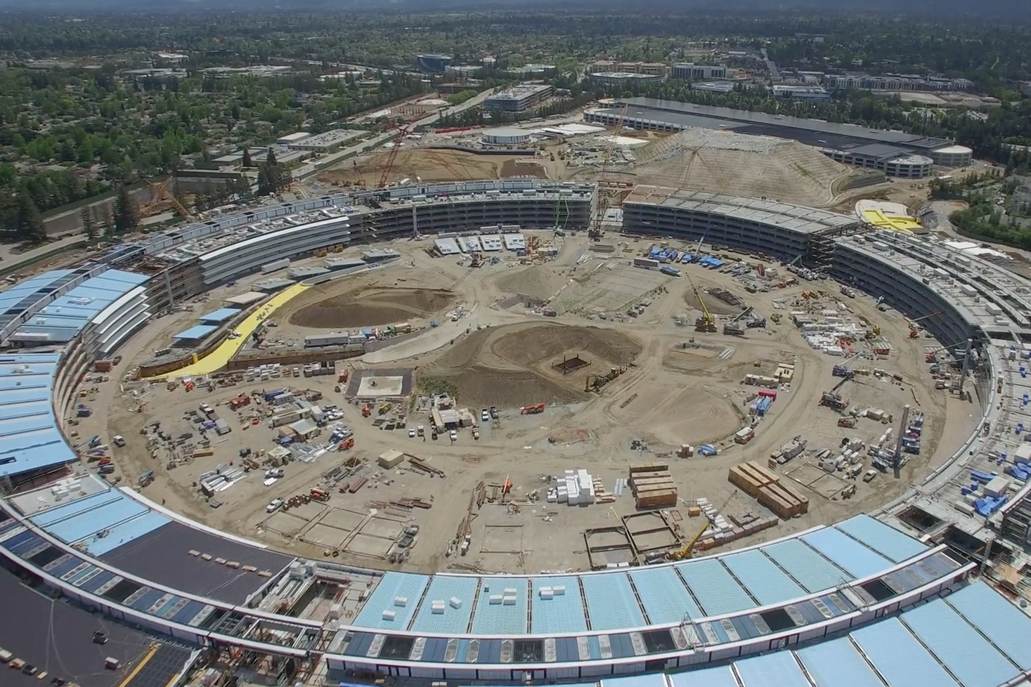 "A 4K Drone's-Eye View of Apple's ""Spaceship"" Campus Construction"
