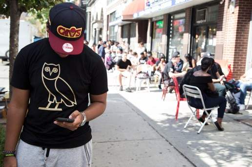 "Drake's ""Revenge"": Summer Sixteen Pop-Up in NYC Attracts the 6 God Fans by the Dozens"