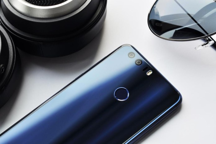 The Honor 8 Smartphone Sports a Sleek 15-Layer Glass Body