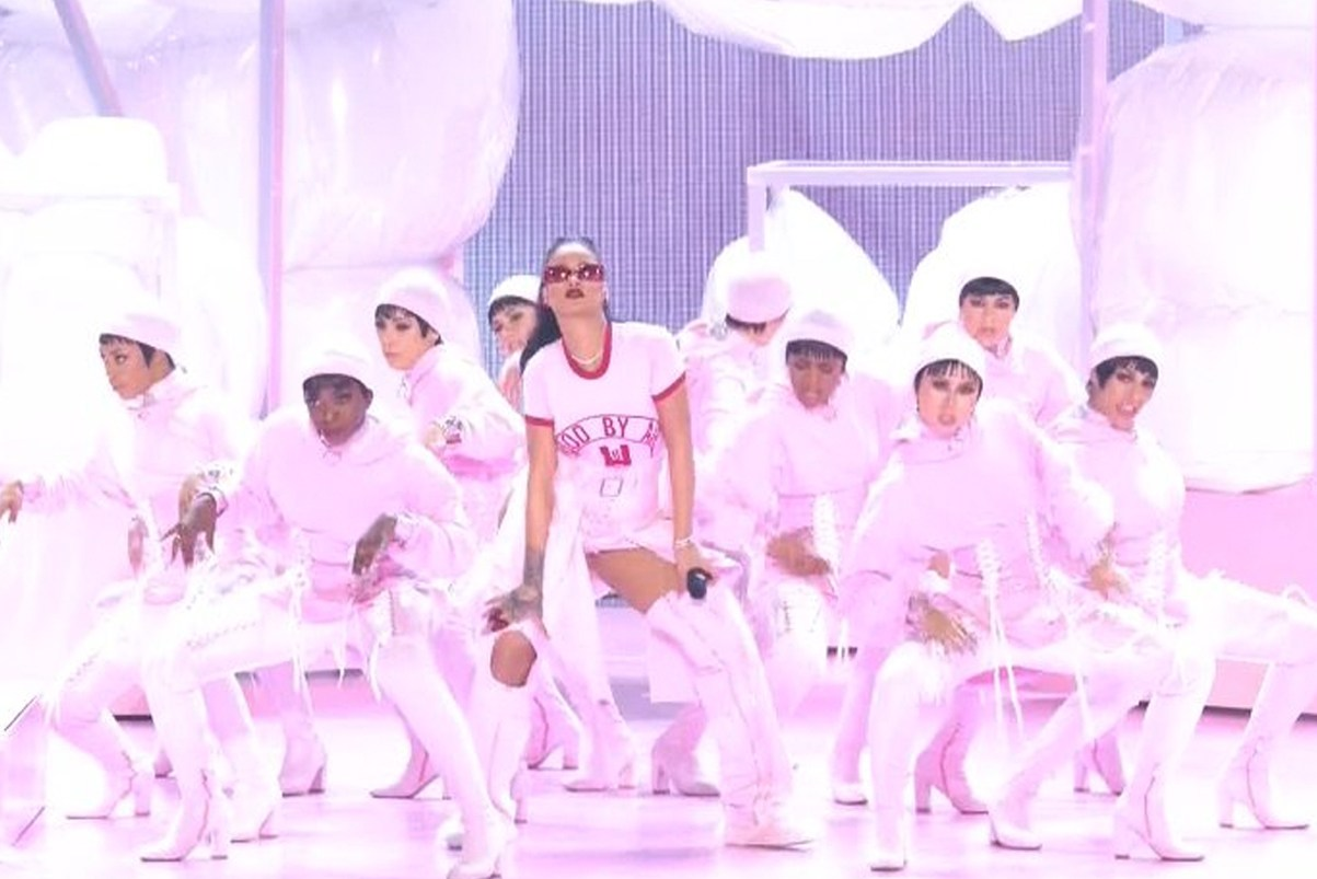Watch Rihanna Open the MTV Video Music Awards With Her Biggest Hits