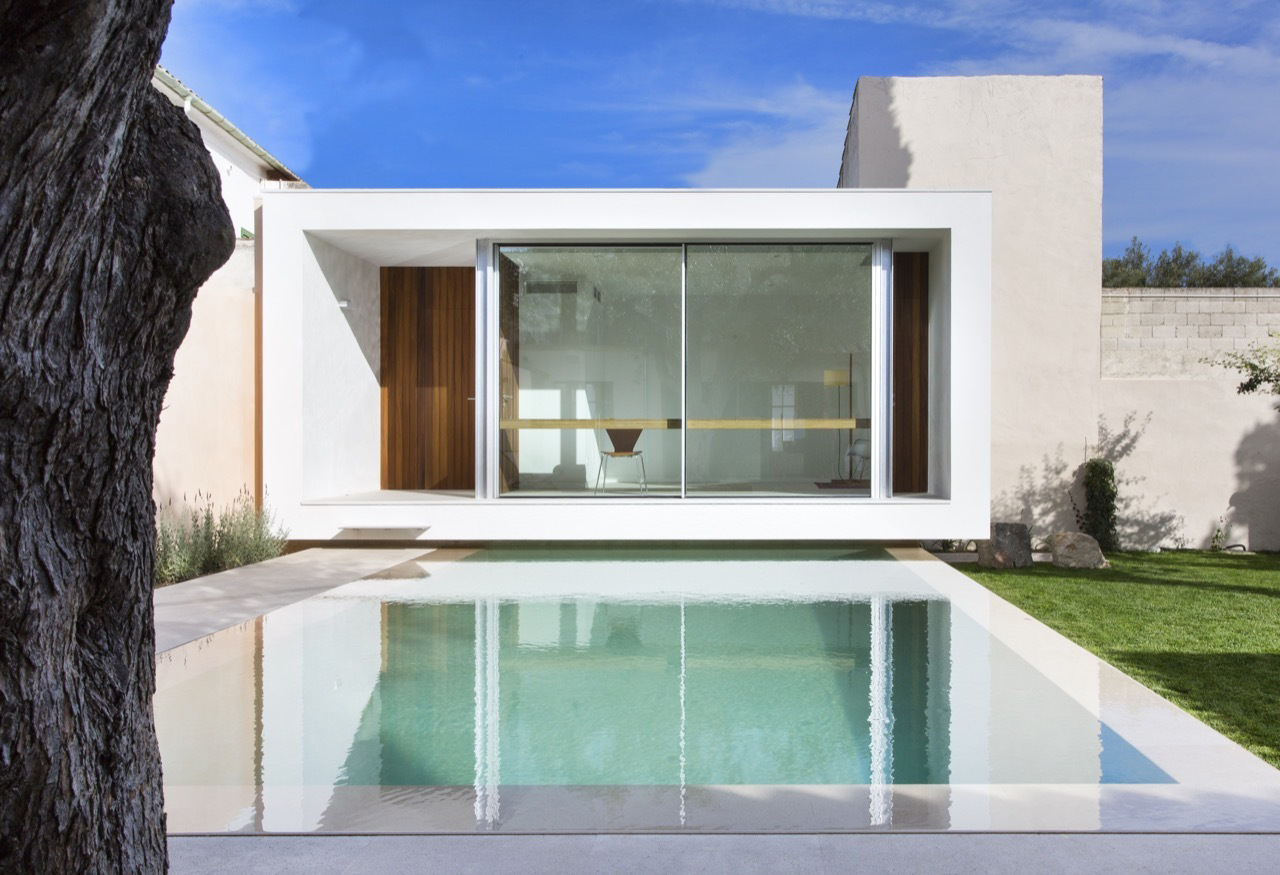 This Pool and Studio Extension Combo Provides Blissful Calm and Reverie