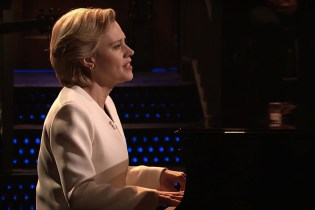 "Kate McKinnon Opens 'SNL' With an Emotional Performance of ""Hallelujah"""