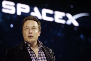 Elon Musk Is Flying Two Tourists to the Moon in 2018