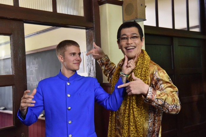 "Justin Bieber Teams up With ""Pineapple Pen"" Star for Japanese Ad"