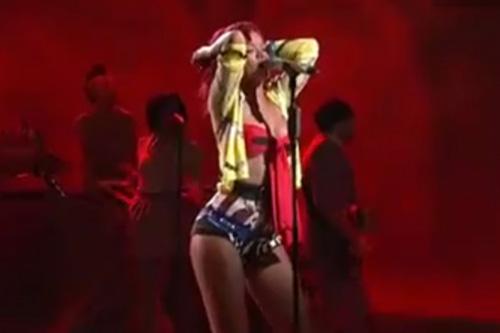 Rihanna's Performance On SNL