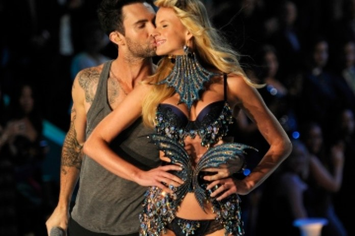 "Victoria's Secret Angels lip sync Maroon 5's ""Moves Like Jagger"""