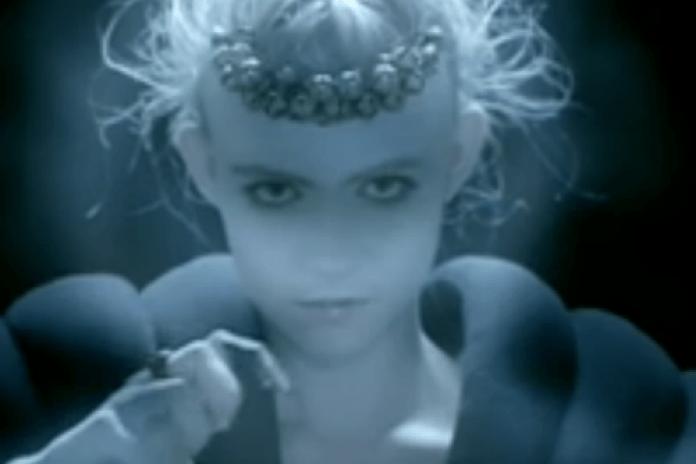 Grimes featuring Majical Cloudz - Nightmusic (NSFW)