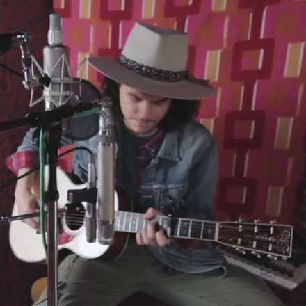 "John Mayer Performs an Acoustic Rendition of ""Queen of California"""