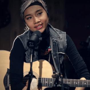 "Yuna Performs ""Island"" at Guitar Center"