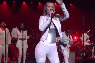 Iggy Azalea featuing T.I. - Change Your Life (Live on Letterman)