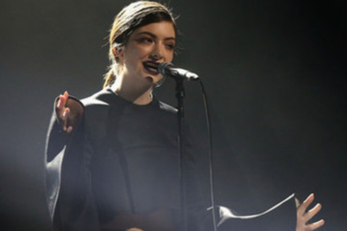 "Lorde Performs ""Team"" at Aria Awards"