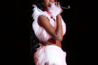 Azealia Banks Says She Should Have Signed with Sony, Begs to Be Dropped from Universal