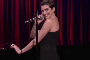 Anne Hathaway Sings Broadway Versions of Snoop Dogg, 50 Cent & Kendrick Lamar