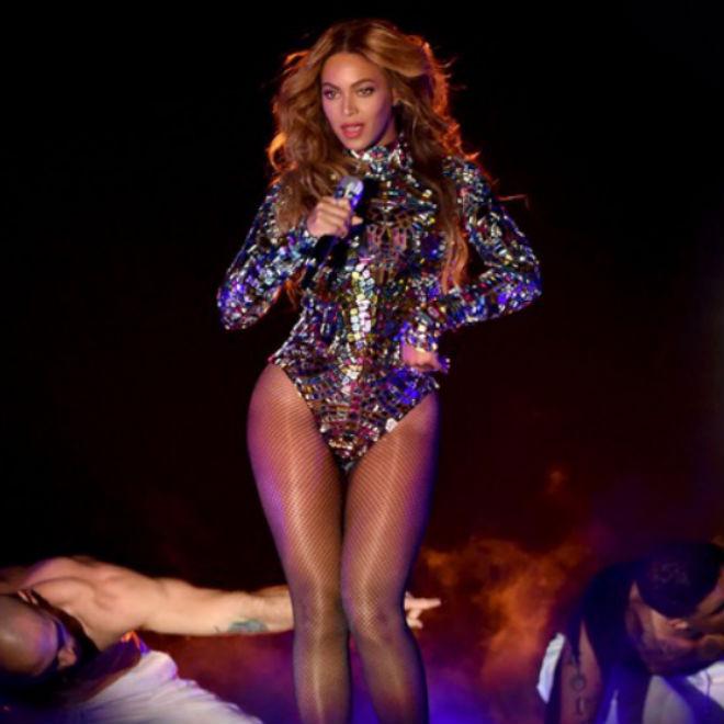 Beyoncé Receives Video Vanguard Award at 2014 VMAs