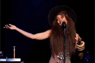 Erykah Badu Performs Social Experiment, Sings in Times Square for Money