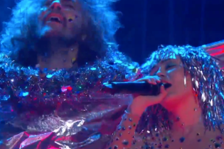 "The Flaming Lips and Miley Cyrus Perform The Beatles' ""A Day In The Life"""