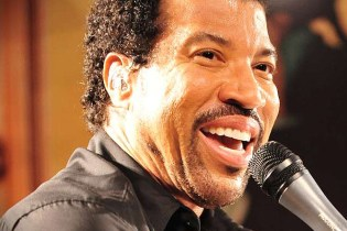 """Lionel Richie Disapproves of Kanye West's """"N-Word"""" Usage in """"All Day"""" Performance"""