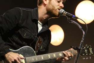 "The Black Keys' Dan Auerbach Announces ""Extra Weird"" Solo Project, Plans ""Boxing-Related"" Songs"