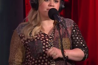 "Kelly Clarkson Covers Rihanna's ""B*tch Better Have My Money"""
