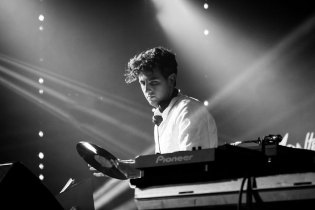 "Watch Jamie xx Perform Remix of ""I Know There's Gonna Be (Good Times)"" With Kranium & Assassin"