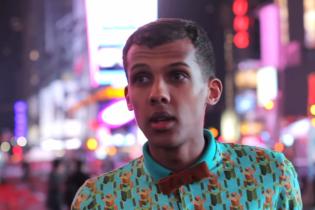 "Stromae Surprises New York Pedestrians With ""Papaoutai"" Performances"