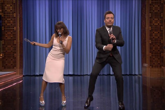 "Rashida Jones & Jimmy Fallon Parody ""Hotline Bling,"" ""Can't Feel My Face"" & More"