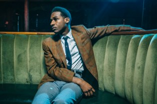 "Leon Bridges Performs ""River"" & ""Smooth Sailin'"" on 'Saturday Night Live'"