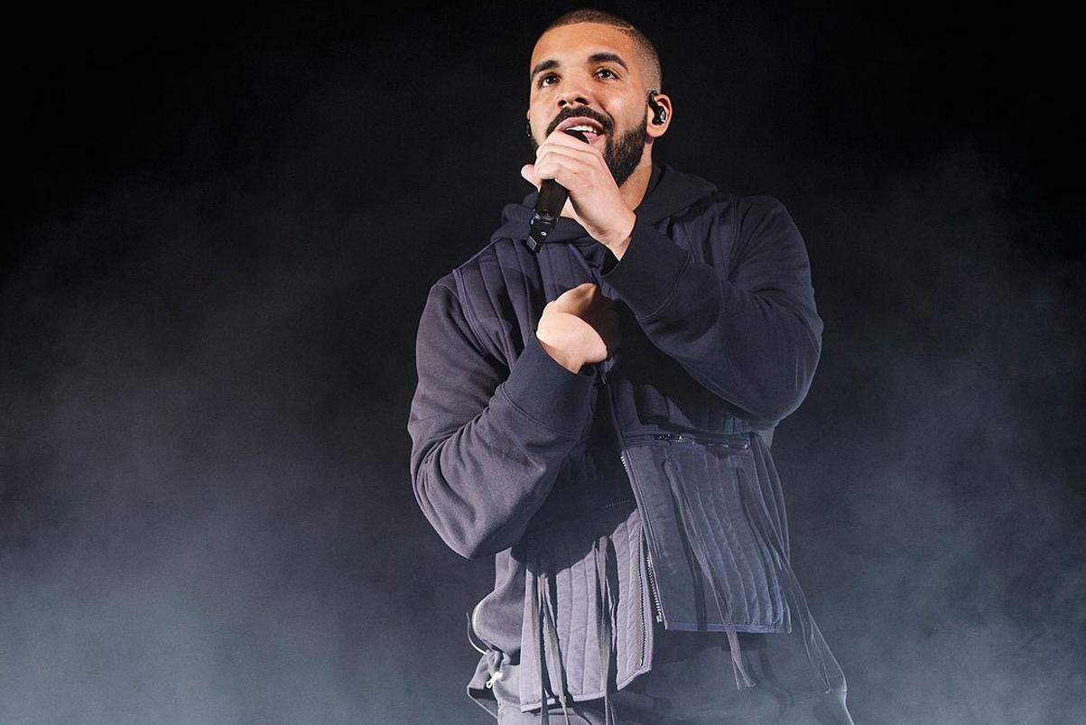"""Drake Performs """"Hotline Bling"""" and """"My Way"""" at a Bat Mitzvah"""