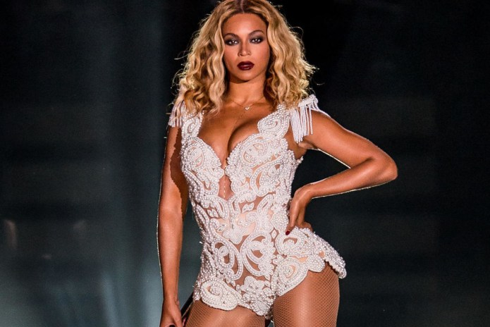 "Beyoncé Covers ""I Will Always Love You"" Live"