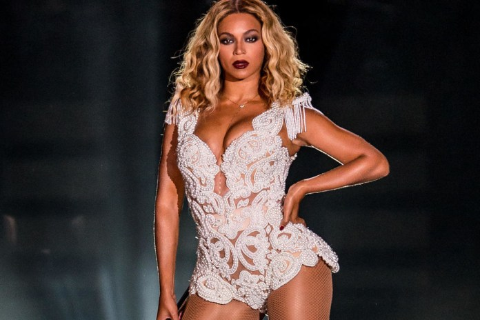 """Beyoncé Covers """"I Will Always Love You"""" Live"""