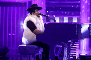 "D'Angelo Performs Emotional Cover of Prince's ""Sometimes It Snows in April"""