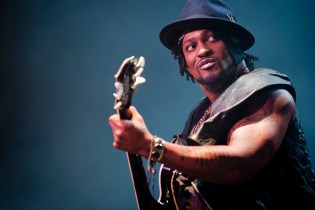 "D'Angelo Delivers Powerful Cover of Prince's ""Venus Di Milo"""