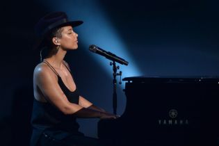 "Alicia Keys Performs Her New Single ""In Common"" on SNL"