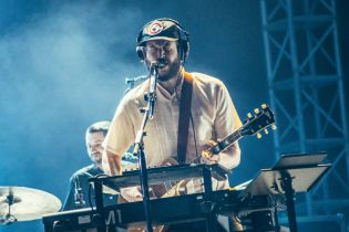"Bon Iver Covers ""I Can't Make You Love Me"" at the Sydney Opera House"